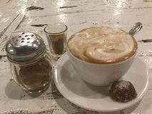 café, biscuit et cannelle cappuccino images libres de droits