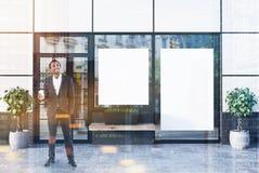 Café blanc extérieur avec deux affiches, homme Images libres de droits