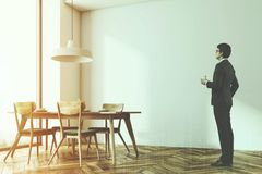 Café blanc moderne de brique, chaises vertes, mur modifié la tonalité Image libre de droits