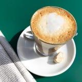Café blanc plat avec le coeur et le journal d'art de latte Images stock
