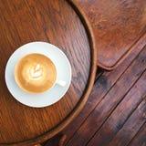 Café blanc plat sur la rétro table Images stock
