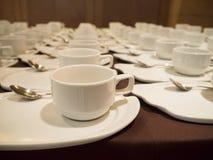 Café blanc/tasses de thé pour l'approvisionnement Photographie stock libre de droits