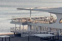 Café blanc vide au bord de la mer Photo stock