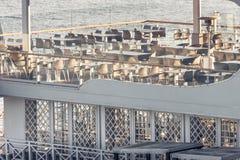 Café blanc vide au bord de la mer Image libre de droits