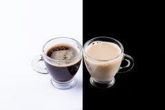 Café blanco y negro en un fondo blanco y negro Foto de archivo