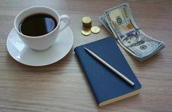 Café, bloco de notas e dinheiro Foto de Stock