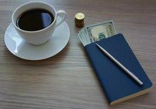 Café, bloco de notas e dinheiro Fotografia de Stock