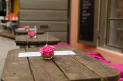 Café-Blumen-Mittelstück lizenzfreie stockbilder
