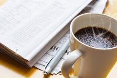Café, bolígrafo y periódico calientes 3 Foto de archivo libre de regalías