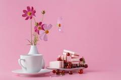 Café, bonbons et fleurs dans les vacances Images libres de droits