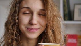 Café bonito da bebida da mulher vídeos de arquivo