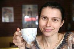 Café bonito do serviço da mulher no restaurante fotografia de stock