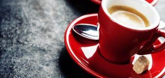 Café branco do café do copo Xícaras de café vermelhas Imagens de Stock Royalty Free