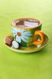 Café branco no copo verde do projeto floral imagens de stock