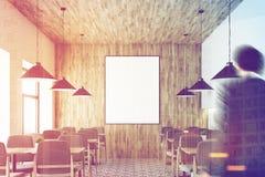 Café branco, teto de madeira, cartaz, pessoa Imagens de Stock