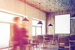 Café branco, teto de madeira, cartaz, pessoa de canto Fotografia de Stock