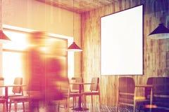 Café branco, teto de madeira, pessoa ascendente próximo do cartaz Foto de Stock