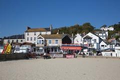 Café BRITÁNICO de la playa de Lyme Regis Dorset England en todavía de la calma un día hermoso en la costa jurásica inglesa Foto de archivo libre de regalías