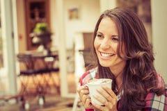 café buvant le femme blanc de sourire d'isolement Photo stock