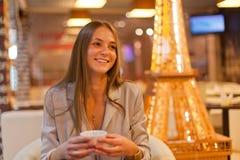 Café Café de consumición de la muchacha hermosa en café Modelo de la belleza Imagen de archivo libre de regalías