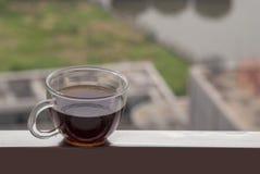 Café caliente colocado en el balcón foto de archivo