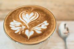 Café caliente con arte del latte en la superficie Fotografía de archivo libre de regalías