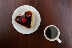 Café caliente con la torta en una placa Fotos de archivo