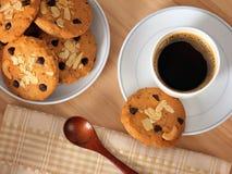 Café caliente con las galletas de microprocesador de chocolate Foto de archivo libre de regalías