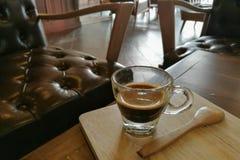Café caliente de Doppio en la tabla de madera en cafetería Foto de archivo