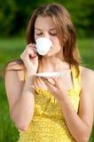 Café caliente de la bebida hermosa de la mujer joven al aire libre Foto de archivo libre de regalías