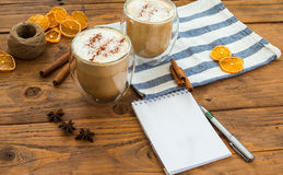 Café caliente del arte de la leche en la tabla de madera, vintage Imagenes de archivo