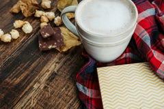 Café caliente del cacao con las palomitas, manzana, tortas, hojas en el viejo Fotografía de archivo