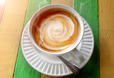 Café caliente del capuchino en la tabla de madera Fotos de archivo libres de regalías