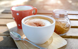 Café caliente del capuchino en tiempo de mañana Foto de archivo libre de regalías