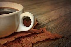 Café caliente del café express del negro del otoño en una tabla y un otoño de madera m Imágenes de archivo libres de regalías