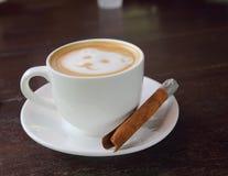 Café caliente del latte de la cara del oso en la taza imágenes de archivo libres de regalías