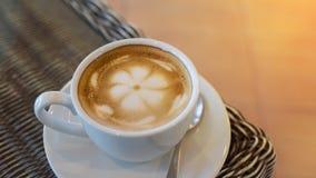 Café caliente del latte, taza del café con leche en la tabla con las lentes Imagenes de archivo
