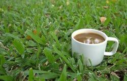 Café caliente en campo de hierba verde Descanso para tomar café Imagen de archivo