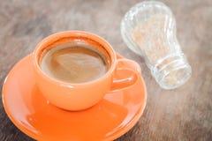 Café caliente en el vector de madera Imagenes de archivo