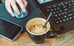 Café caliente en línea y de consumición del negocio de trabajo foto de archivo