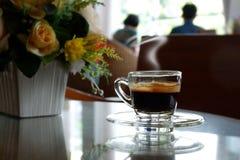 Café caliente en la cafetería Fotos de archivo