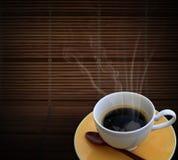 Café caliente en la estera de bambú Fotos de archivo libres de regalías