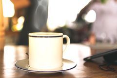 Café caliente en la tabla Foto de archivo libre de regalías
