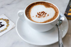 Café caliente en la tabla Imágenes de archivo libres de regalías