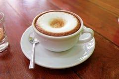 Café caliente en la tabla Imagenes de archivo