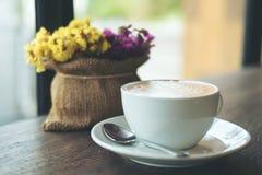 Café caliente en la tabla Fotos de archivo libres de regalías