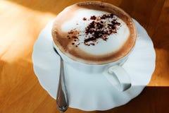 Café caliente en la taza blanca Imágenes de archivo libres de regalías