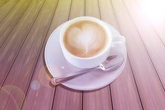 Café caliente en la taza blanca en el fondo de madera Fotografía de archivo libre de regalías