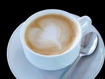 Café caliente en la taza blanca en fondo negro Fotografía de archivo