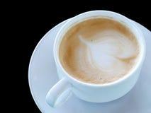 Café caliente en la taza blanca en fondo negro Imagenes de archivo